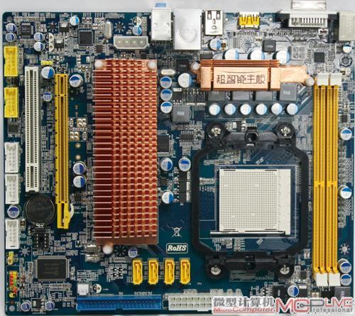 在实际体验之前,首先让我们来了解下这款翔升混血G96TMX主板的设计结构。该主板售价为599元,与普通AMD 790GX主板价格相当,采用Micro-ATX小板板型设计。  从外观上看,它最大的不同就在于其主板散热器体积远远超过其它任何一款主板。拆下散热器我们可以看到,原来散热器下面覆盖的正是混血主板的精髓所在:主板芯片组、显示核心与显存。散热器要为这三大热源进行同时散热,因此体积设计较大也是在所难免。  图片右侧为GeForce 9500 GT芯片,图中为三星GDDR3显存,图左为nForce 570