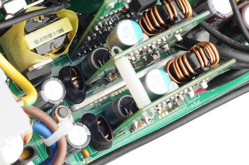 可以看到电路板上的导电铜条
