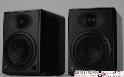 采用了黑檀木贴皮和钢琴烤漆工艺的惠威h5有源音箱