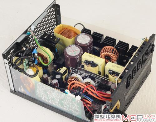 研究其内部电路还会发现,这款电源拥有两个主变压器.